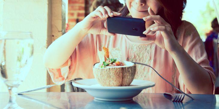 chica fotografiando su comida