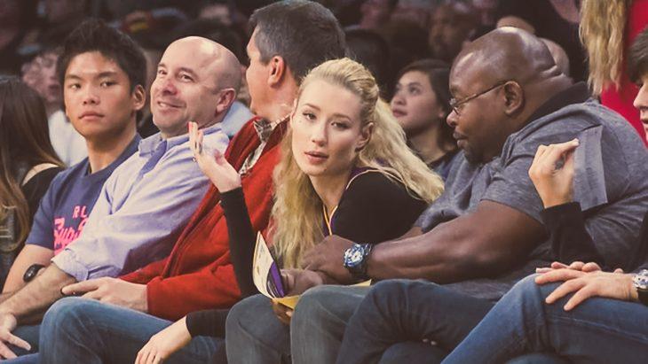 chica aburrida en partido de basket