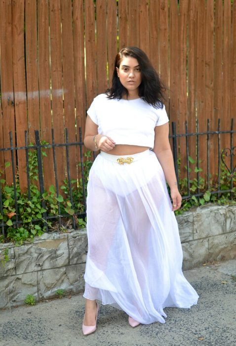 Chica curvi usando un crop top en color blanco con transparencias