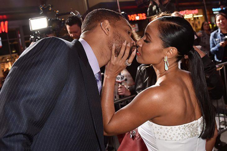 Hombre le da un beso a su esposa will smith y jada