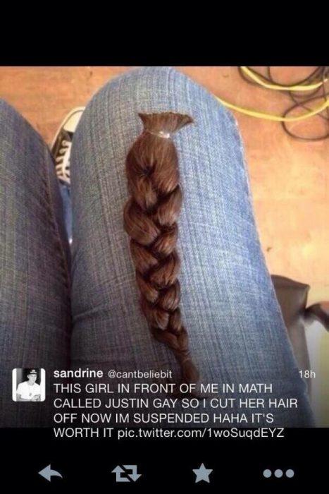 una trenza de cabello en la pierna de una niña
