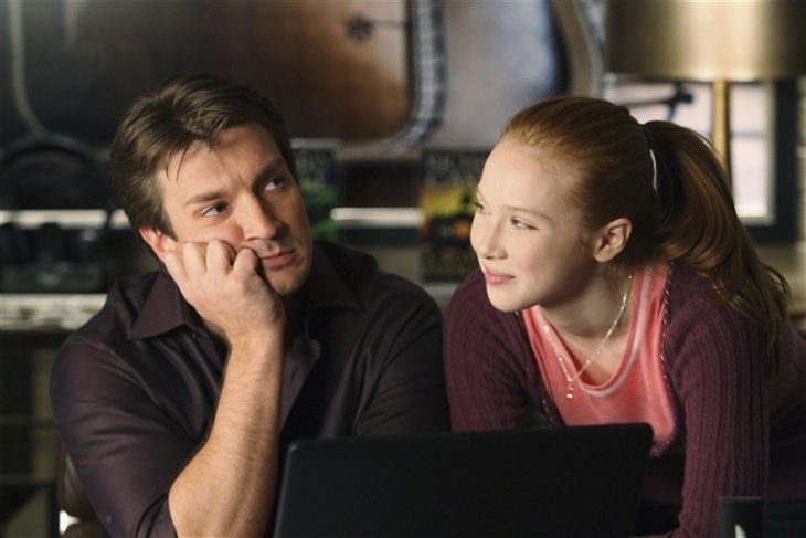 Padre e hija conversando y riendo