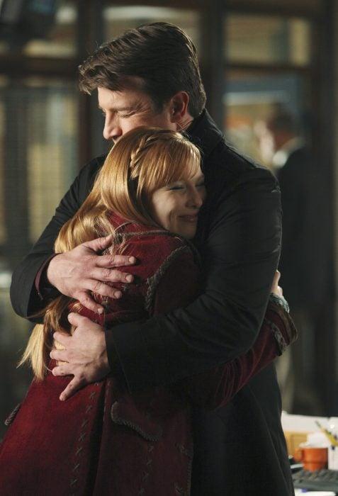 Escena de la serie Castle padre e hija abrazados