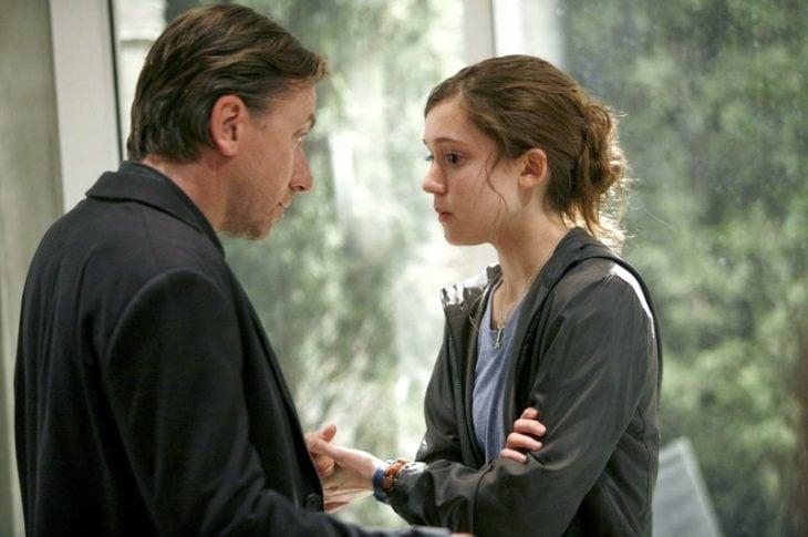 Escena de la serie Lie to me padre y su hija conversando