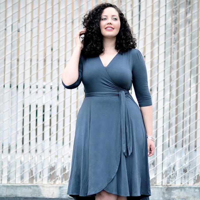 chica curvy con vestido azul ajustado