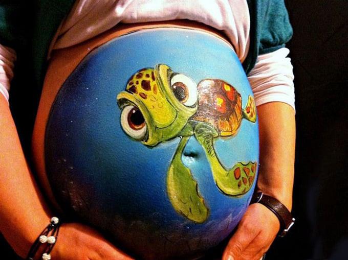 Pancita de una chica embarazada pintada con un tortuga