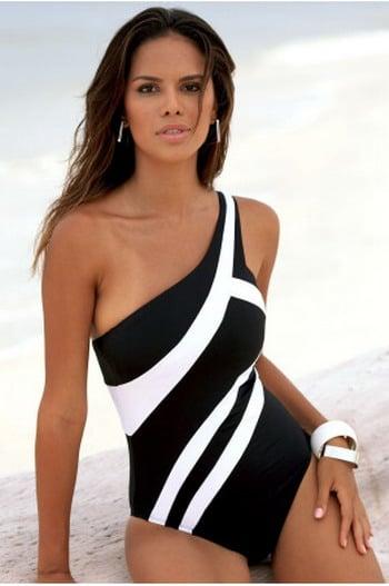 Chica con un bikini en color blanco con negro