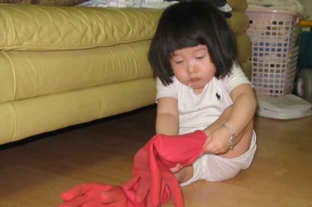 niña vistiéndose medio dormida