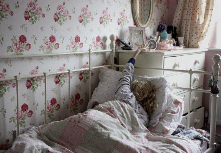 mujer apagando despertador