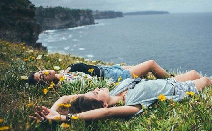 dos mujeres entre las flores dormidas en la playa