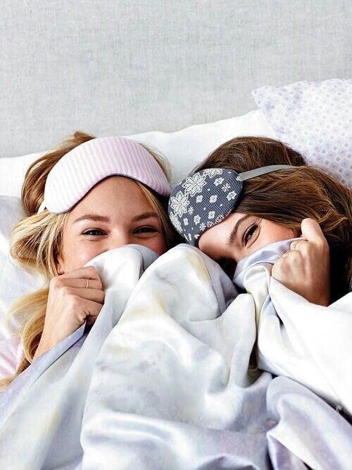 chicas en cama con antifaz para dormir