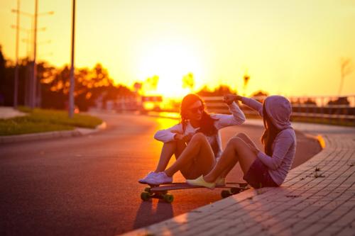 chicas en patineta al atardecer