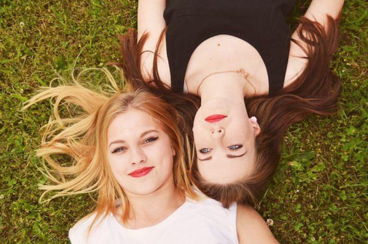chicas acostadas en el pasto