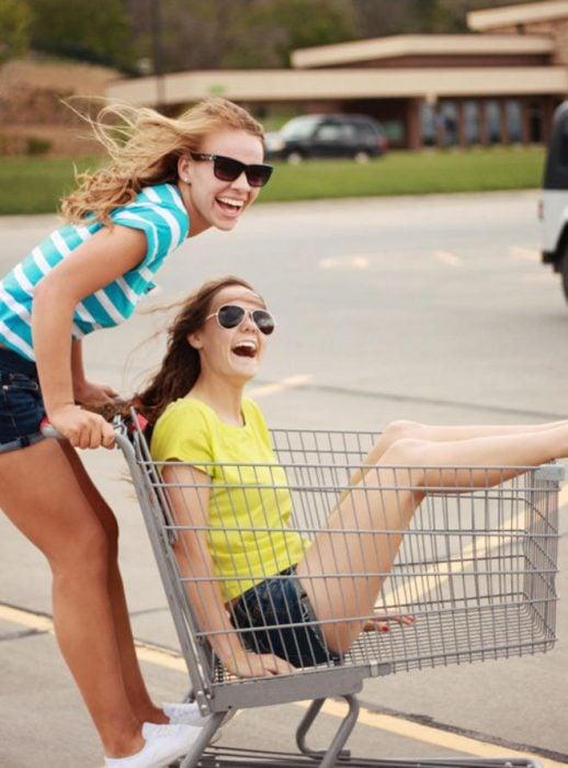 chicas jugando con carritos del súper