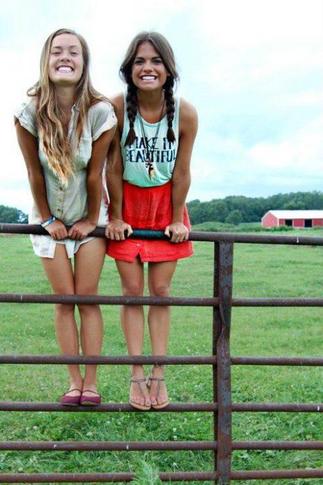 chicas en una reja de establo