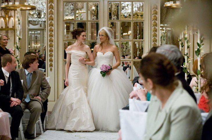 Escena de la película guerra de novias. Chicas caminando hacia el altar