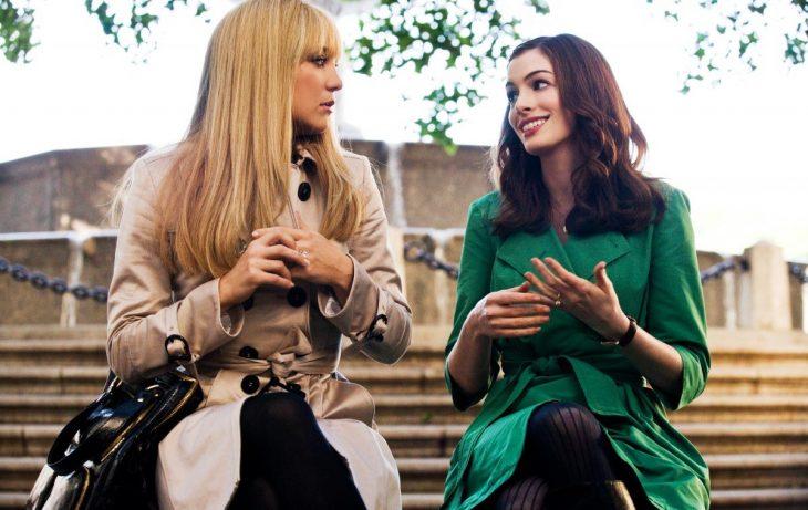Escena de la película guerra de novias. Chicas sentadas en una banca conversando