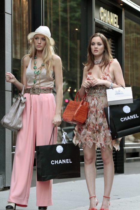 Escena de la serie gossip girls. Serena y Blair de compras