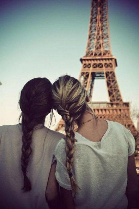 Mejores amigas viendo la torre efiel
