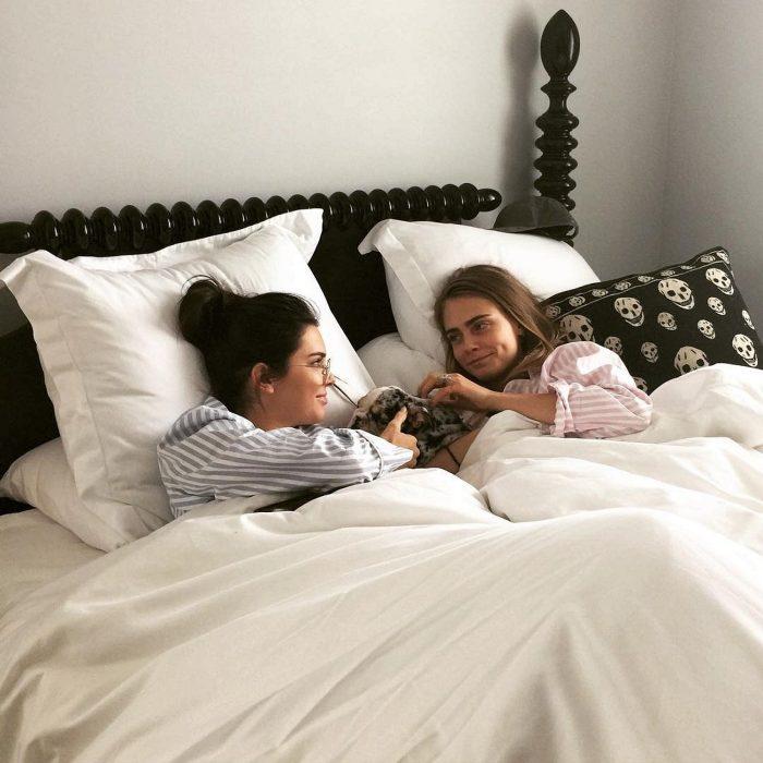 Cara delevigne y kendall jenner recostadas en la cama