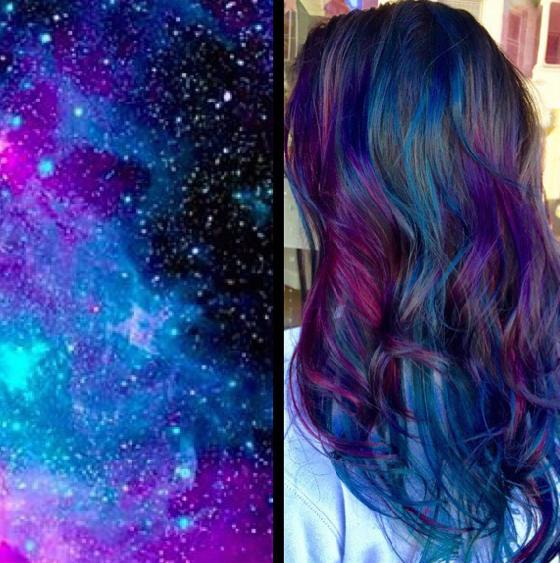 Chica con el cabello teñido con la tendencia galaxy hair