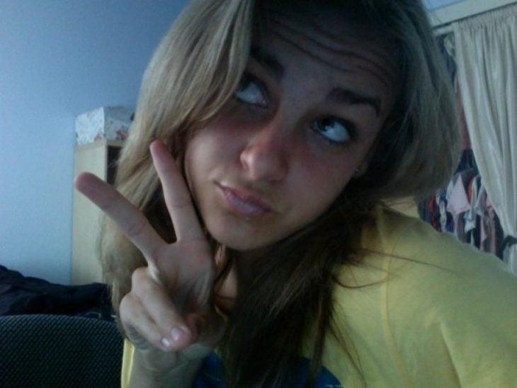 chica tomandose una selfie en 2006