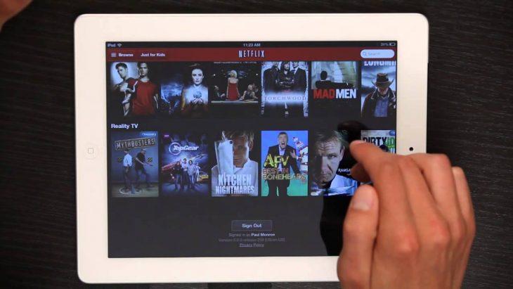 Chica viendo series de Netflix en un ipad