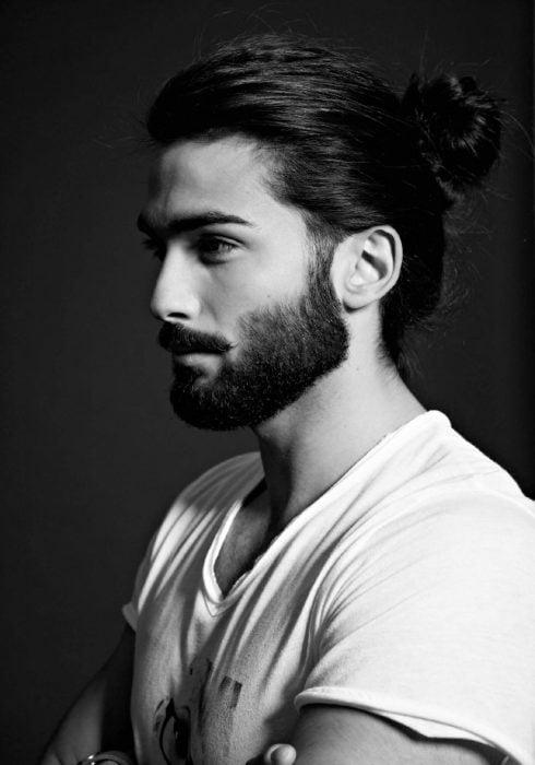 HOmbre con barba y chongo en 2016