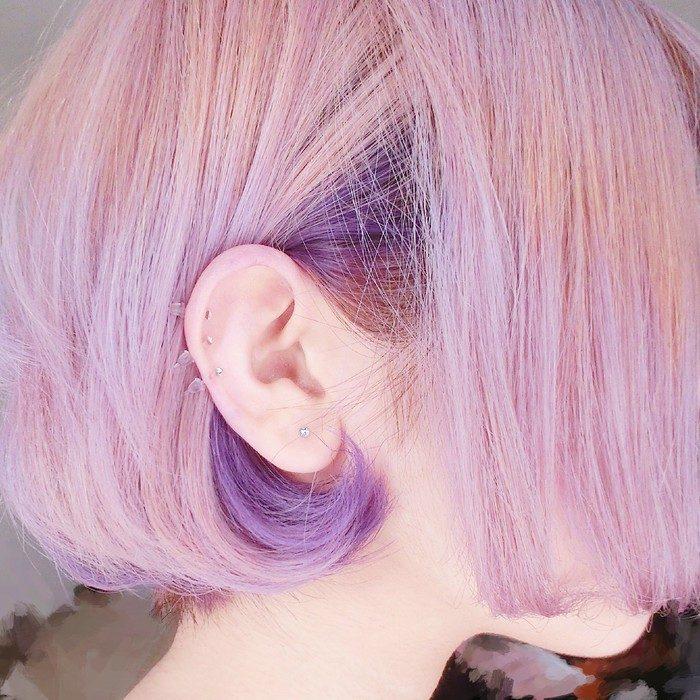 chica con cabello rosa pastel