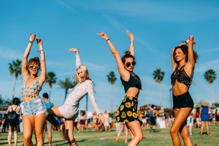 Chicas en un festival levantando los brazos