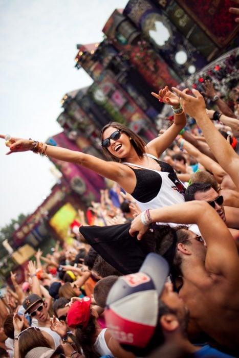 Chica en el festival de tomorrowland