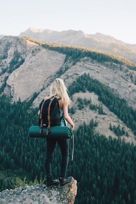 Chica parada en medio del bosque