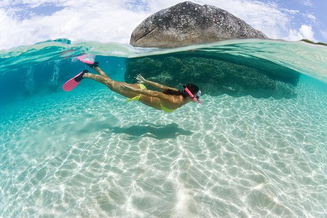 Chica buceando en el océano