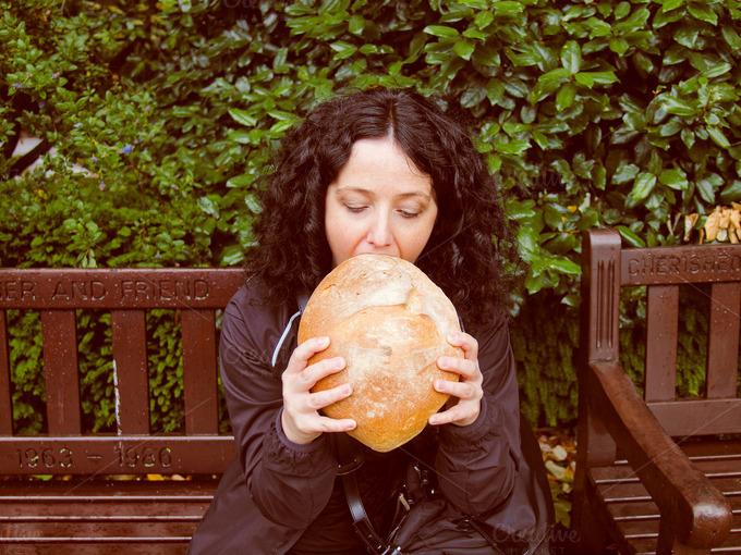 chica comiendo un pan muy grande