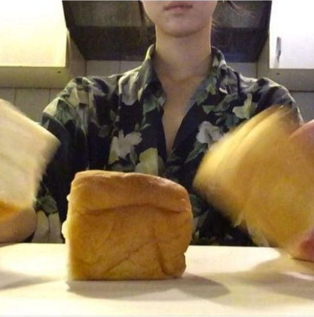 chica partiendo pan