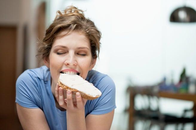 chica comiendo pan sonriendo