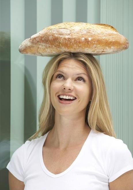 chica con pieza de pan en la cabeza