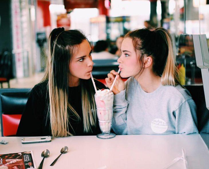 Amigas tomando una malteada en un restaurante