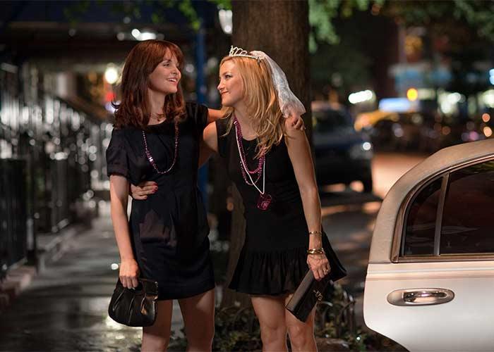 Mejores amigas caminando por la calle