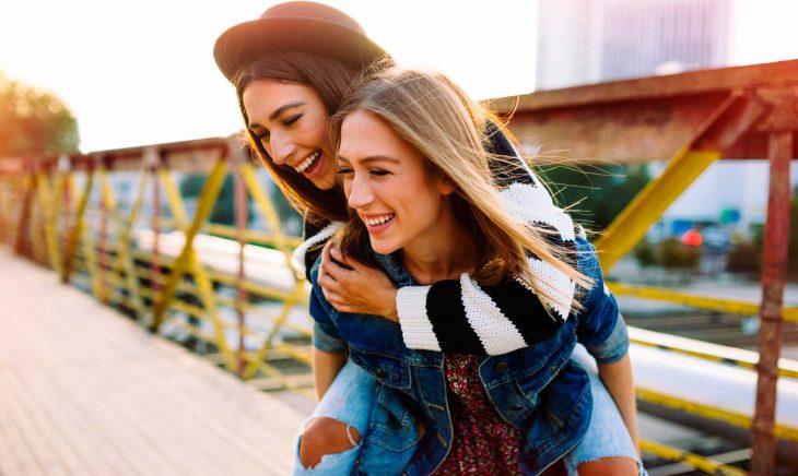 Mejores amigas sonriendo
