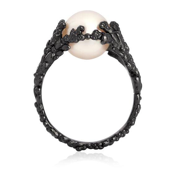 anillo de compromiso negro con perla