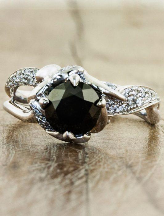 anillo de compromiso piedra negra