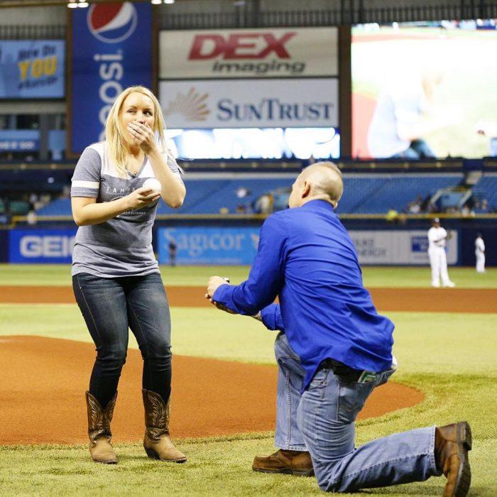 propuesta de matrimonio en campo de beisbol