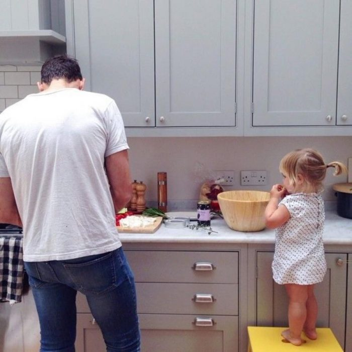 padre e hija en cocina
