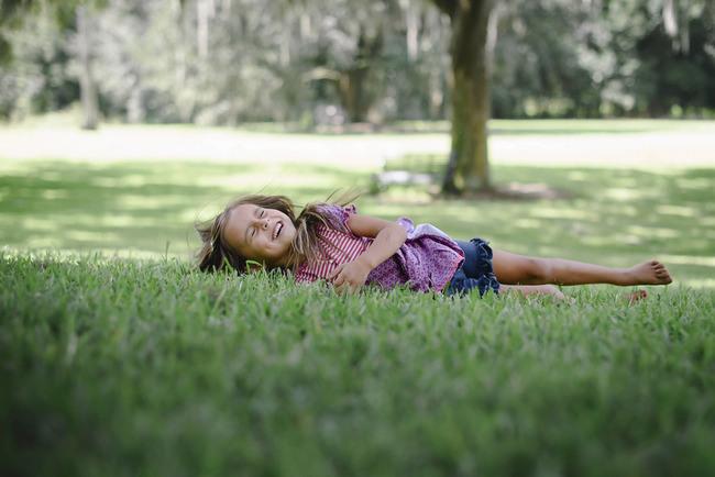 niña jugando en el pasto