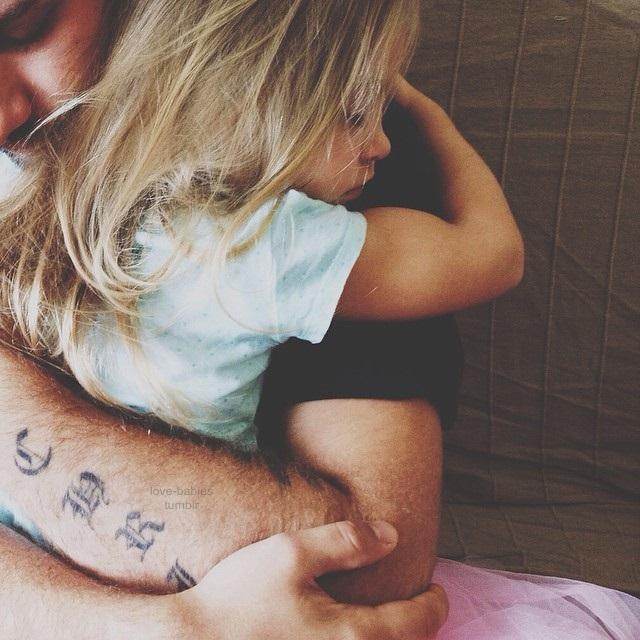 niña abrazando a papá