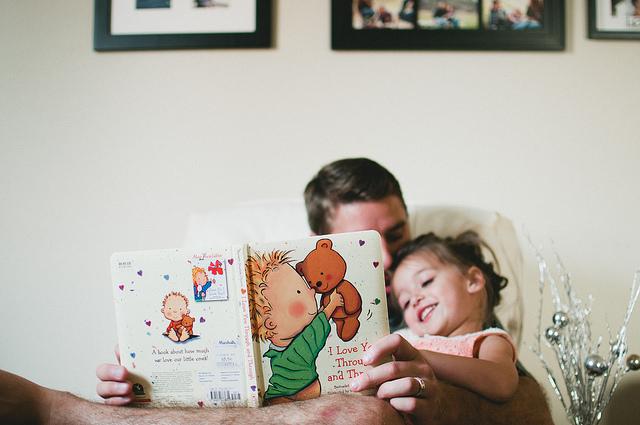 padre leyendo libro a niña