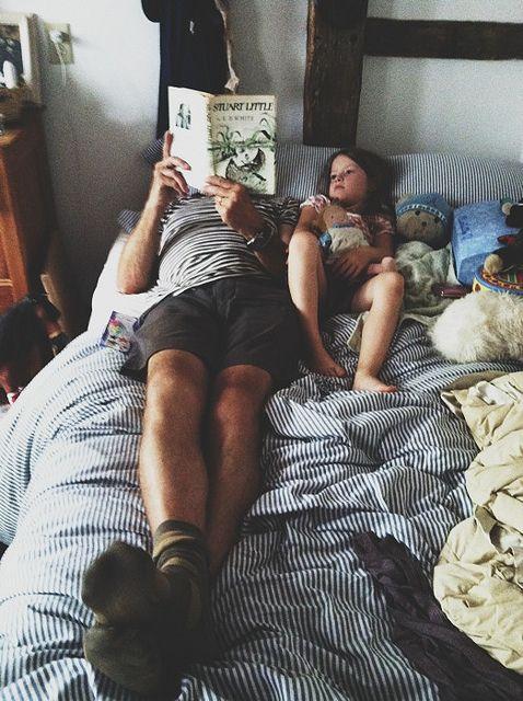 padre leyendo cuento a hija
