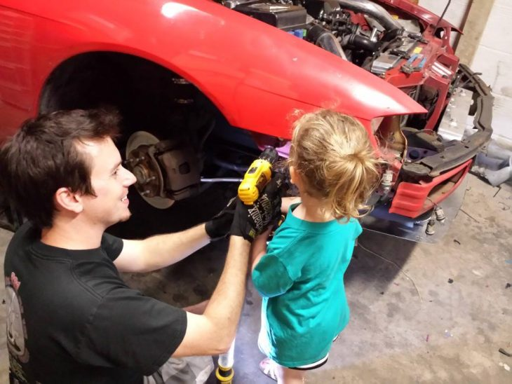 padre e hija en taller mecánico
