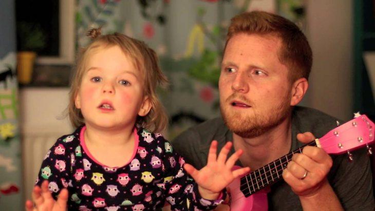 padre e hija cantando